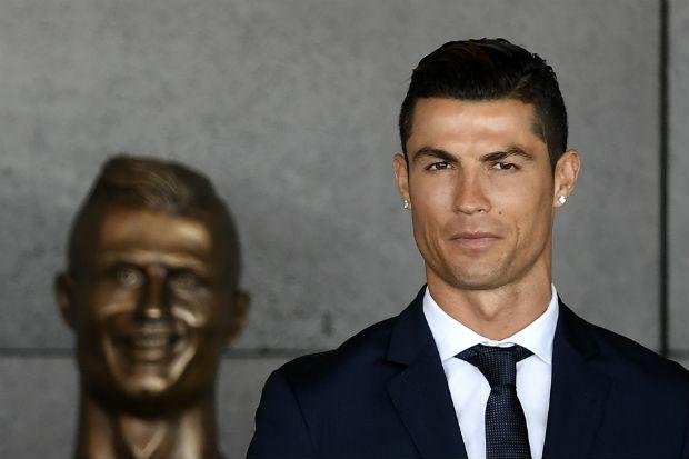 Cristiano Ronaldo airport statue memes reactions
