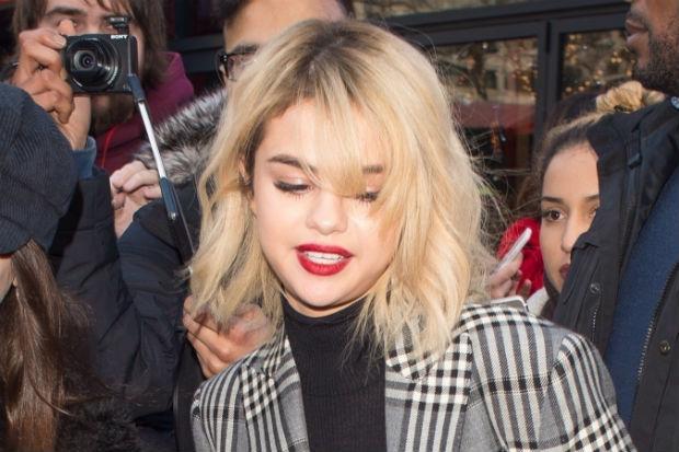 selena gomez blonde red lips