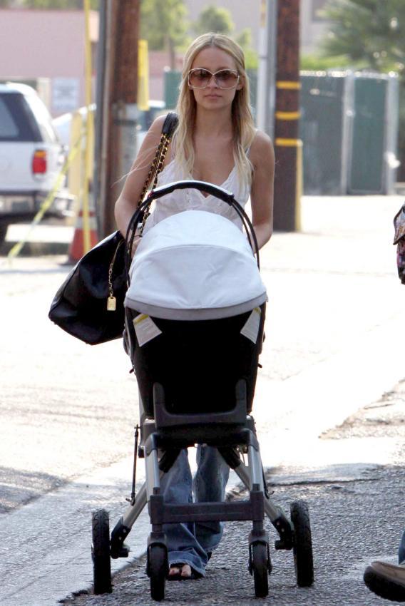 Nicole Richie's Stroll-Mama Moment