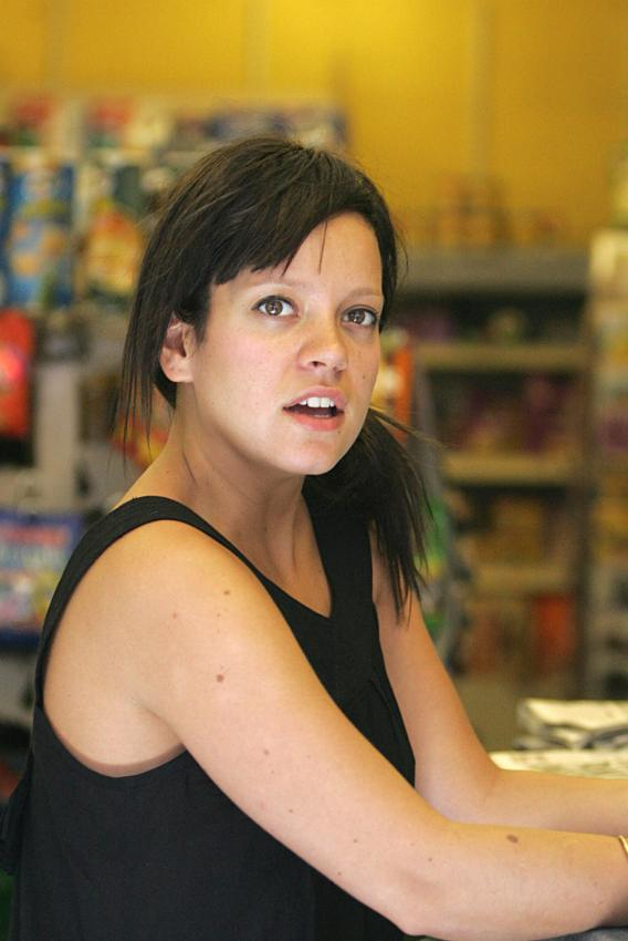 Lily Allen Grieves with Her Hair