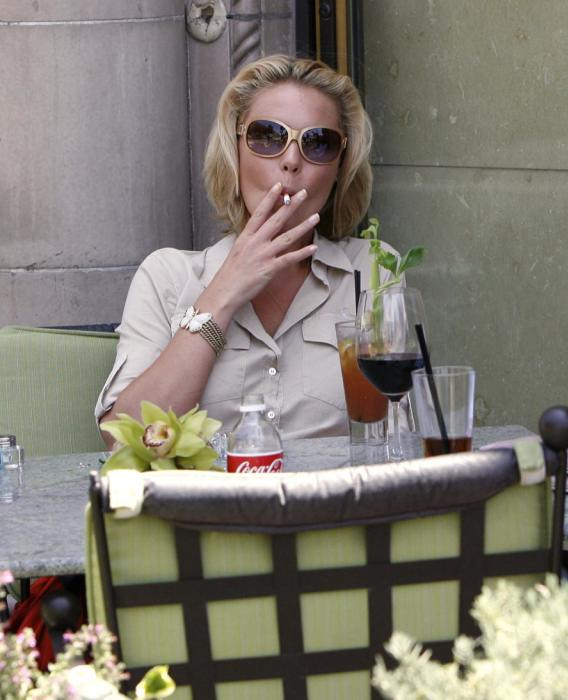 Katherine Heigl Sucks… A Cigarette
