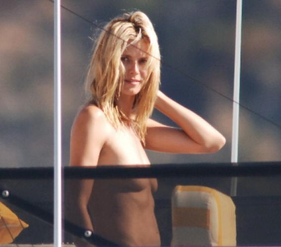 Heidi Klum Topless Shows Her Breast Side