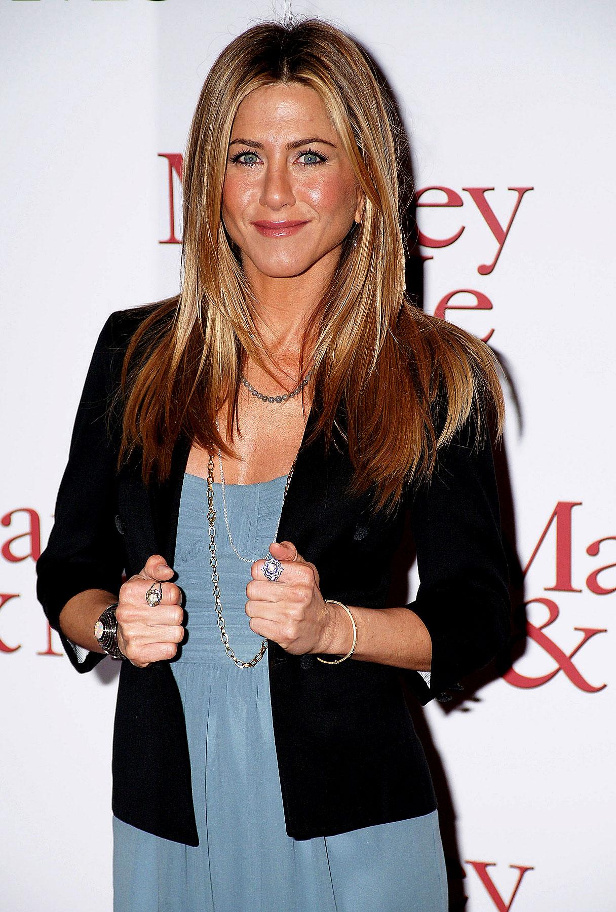 Jennifer Aniston Bonds (As Daniel Craig Dines)