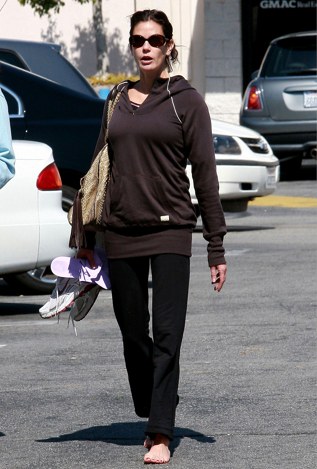 Desperately-Seeking Footwear: Teri Hatcher Out Barefoot