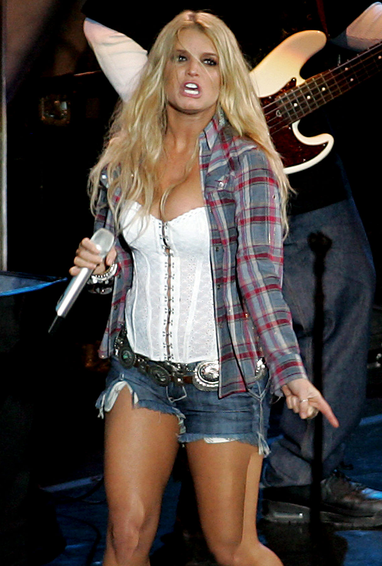 Jessica Simpson Puts on an Unmemorable Performance
