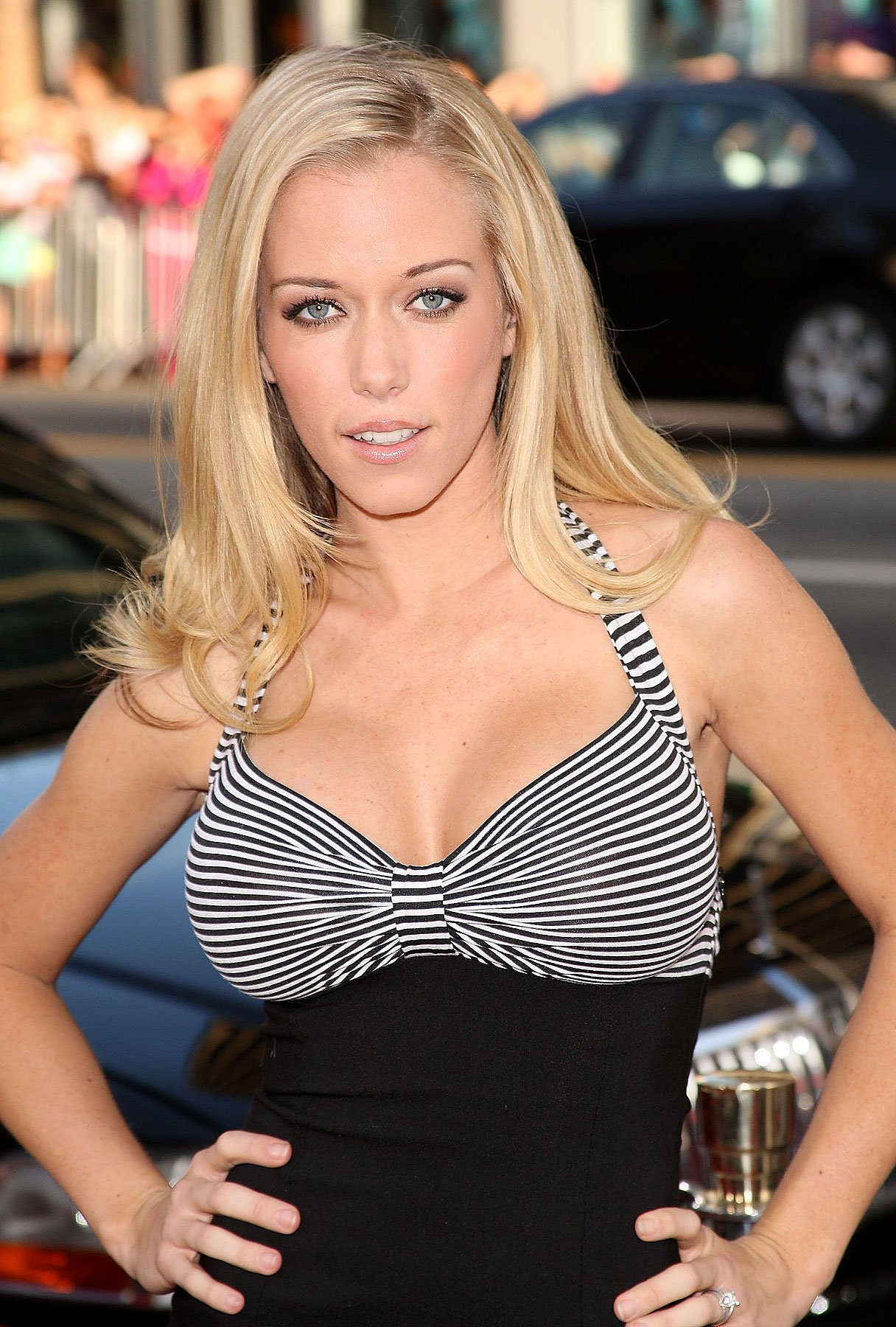 Kendra Wilkinson Doesn't Do Maternity Clothes