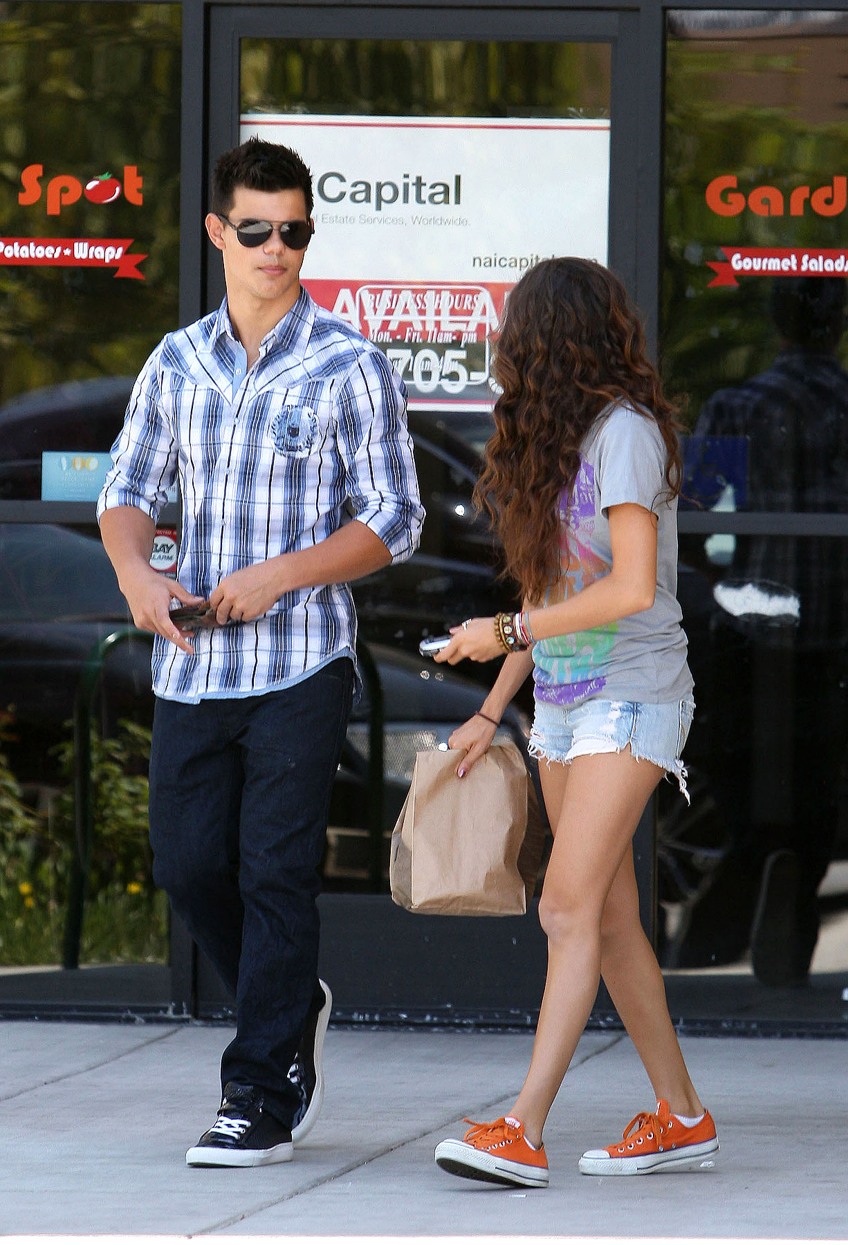 PHOTO GALLERY: Taylor Lautner Visits Chipotle