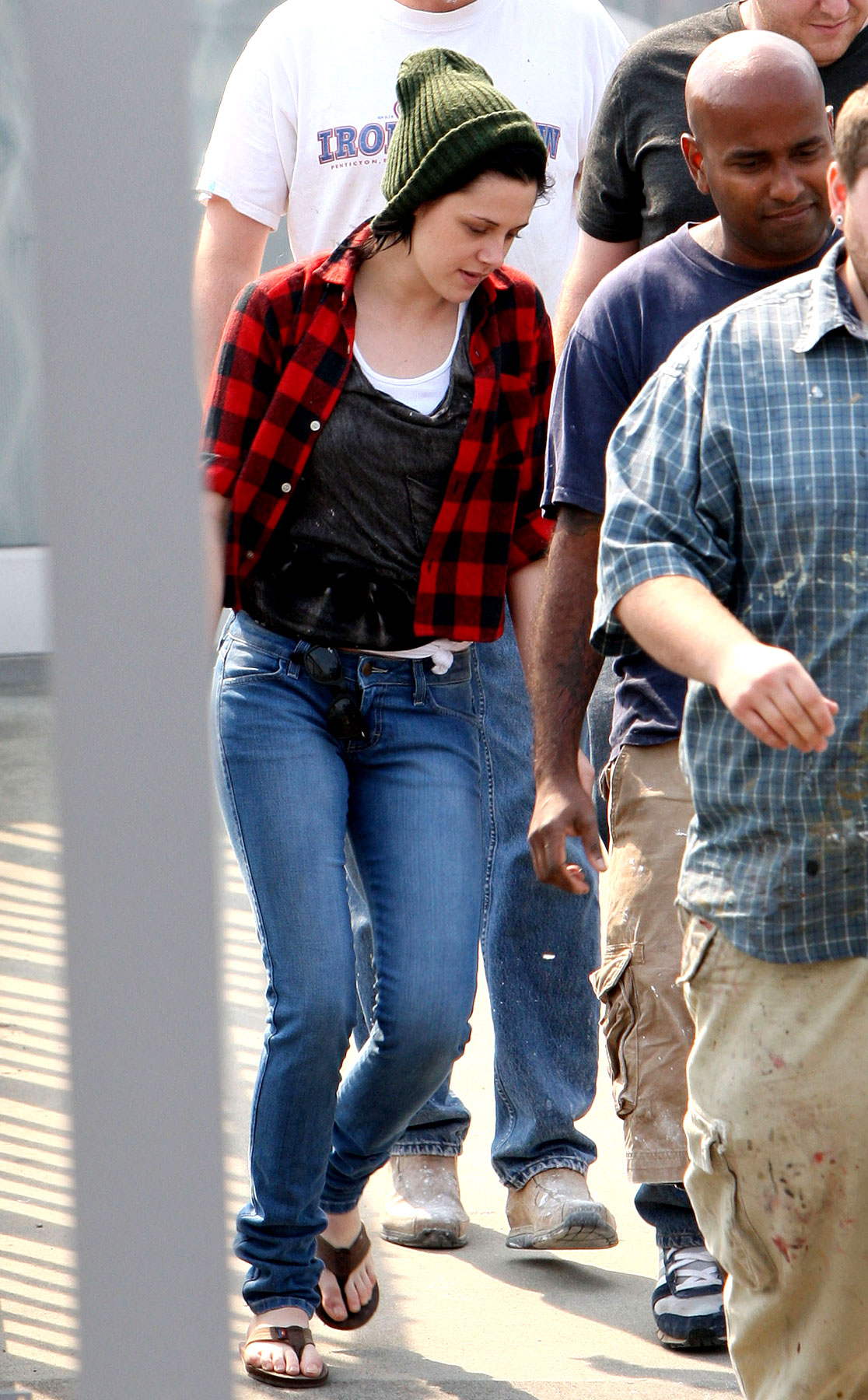 PHOTO GALLERY: Kristen Stewart Leaves the Hair Salon