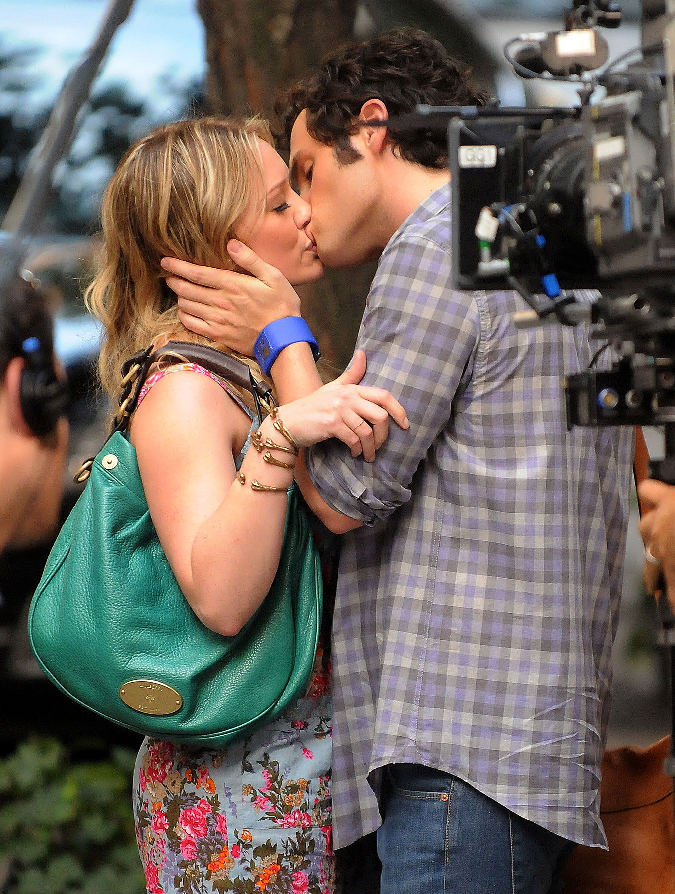 PHOTO GALLERY: Hilary Duff & Penn Badgley Smooch on Set