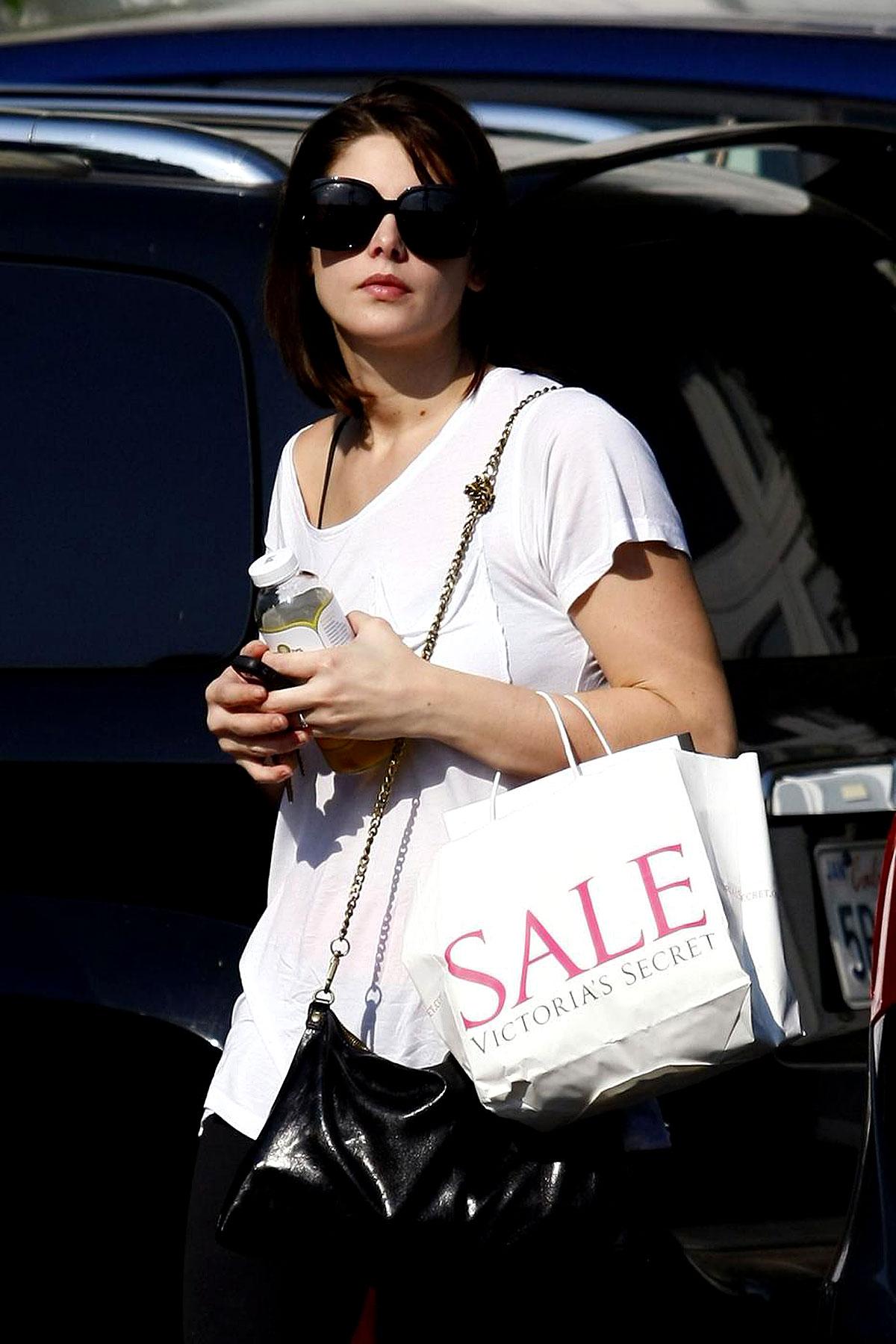 PHOTO GALLERY: Ashley Greene Heads to a Photo Shoot