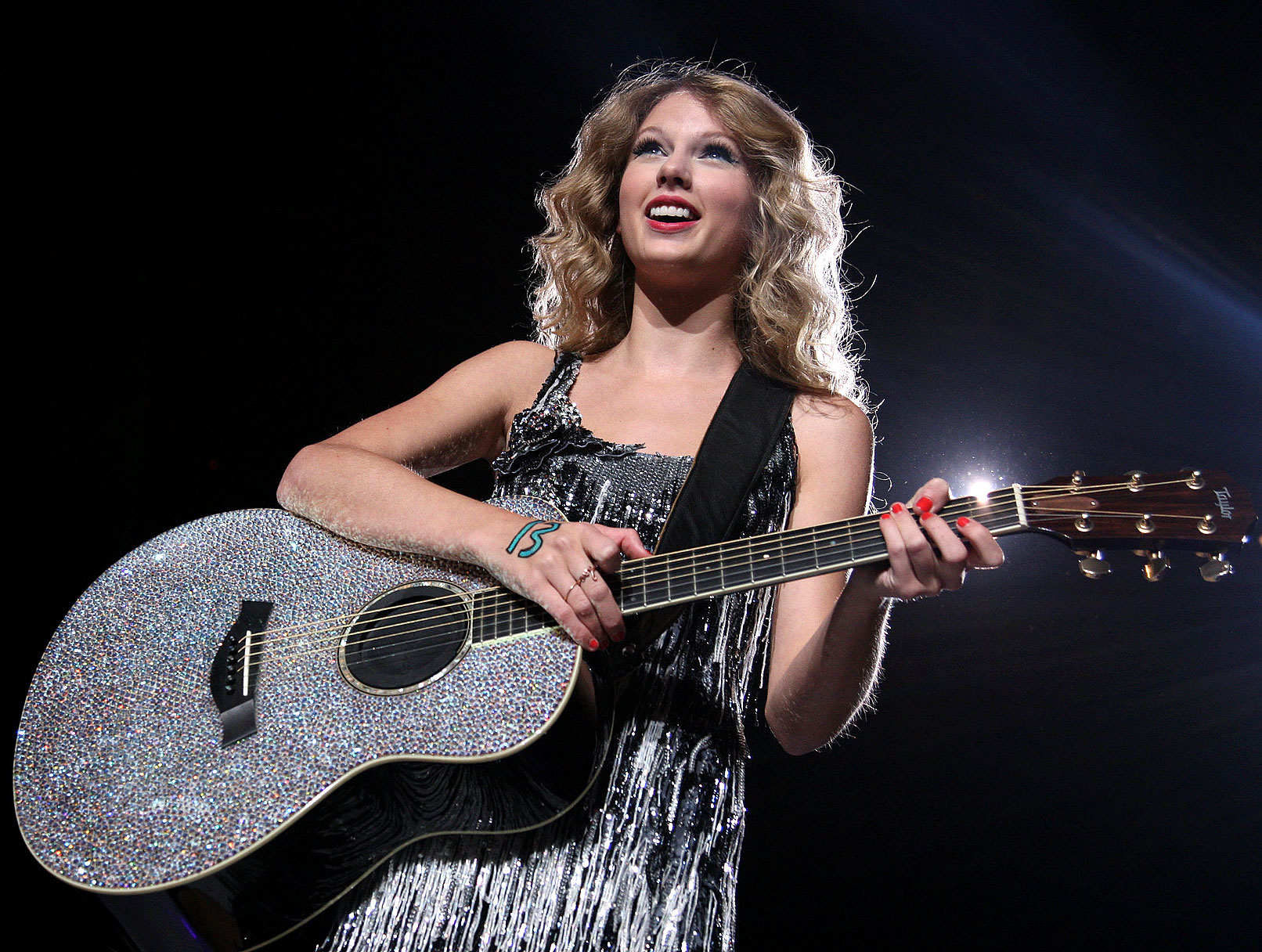 """Taylor Swift Covers """"I'm Every Woman"""""""