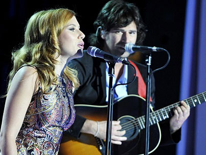 VIDEO: Scarlett Johansson and Pete Yorn Sing Live!