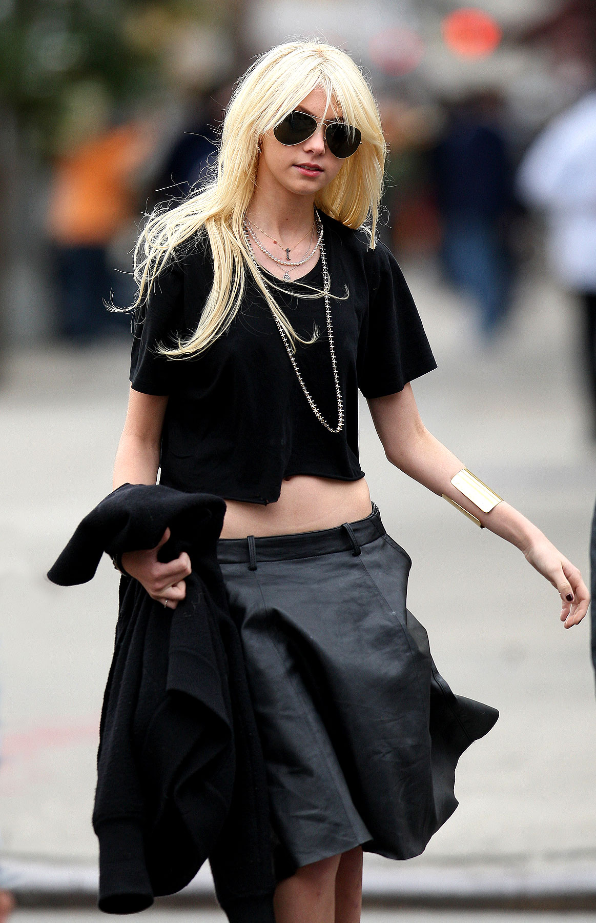 PHOTO GALLERY: Taylor Momsen Bares Belly