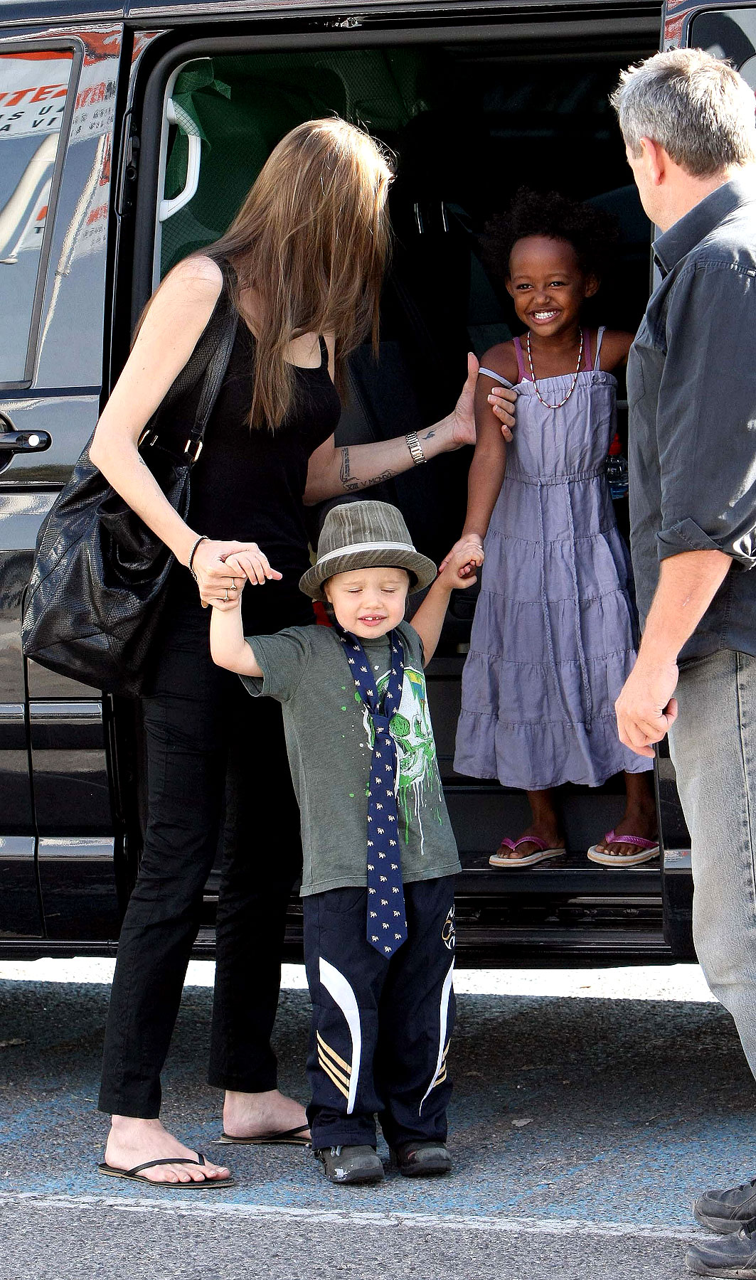 PHOTO GALLERY: Angelina and Her Girls Shop in France