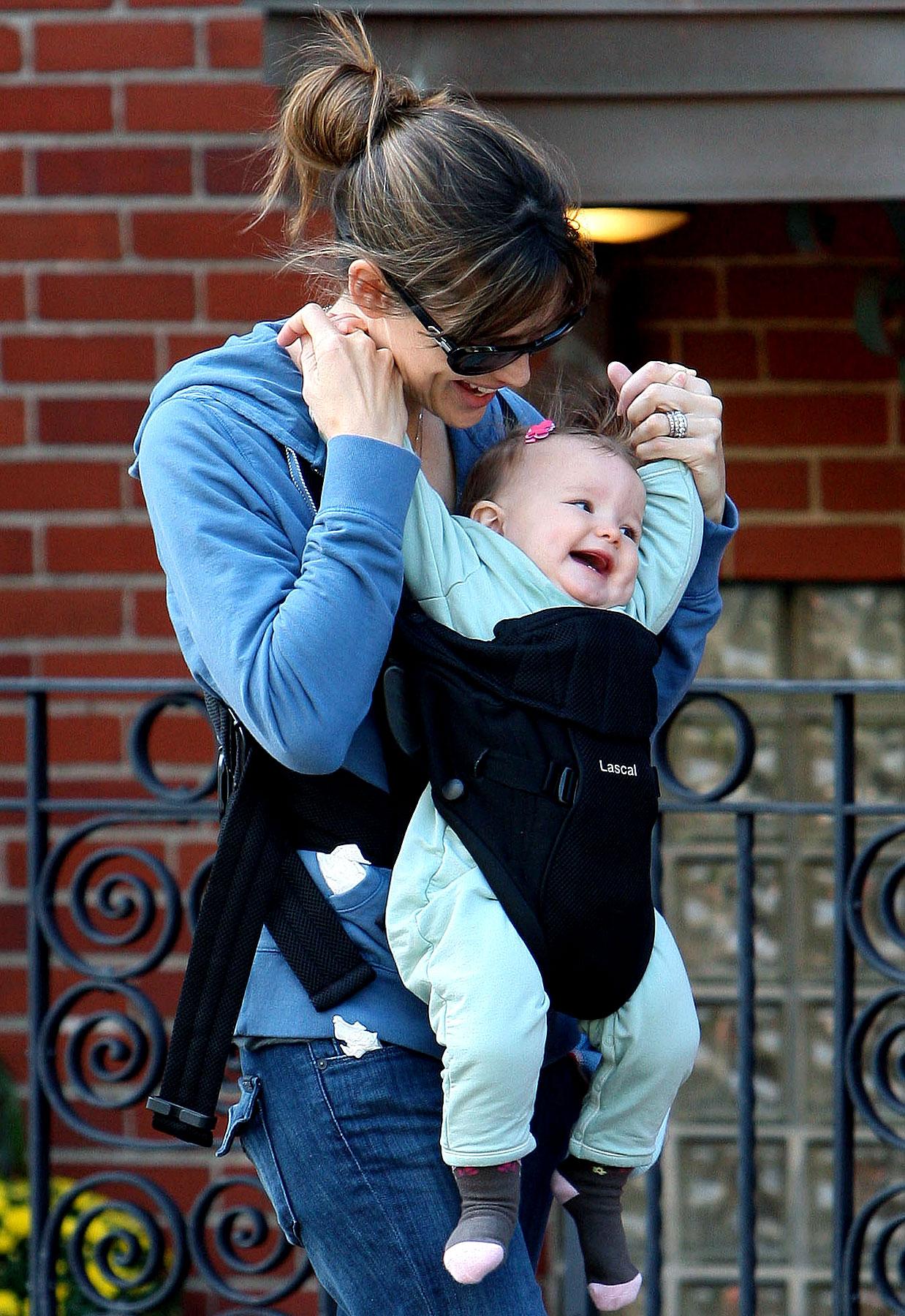 PHOTO GALLERY: Jennifer Garner Gives Seraphina a Lift