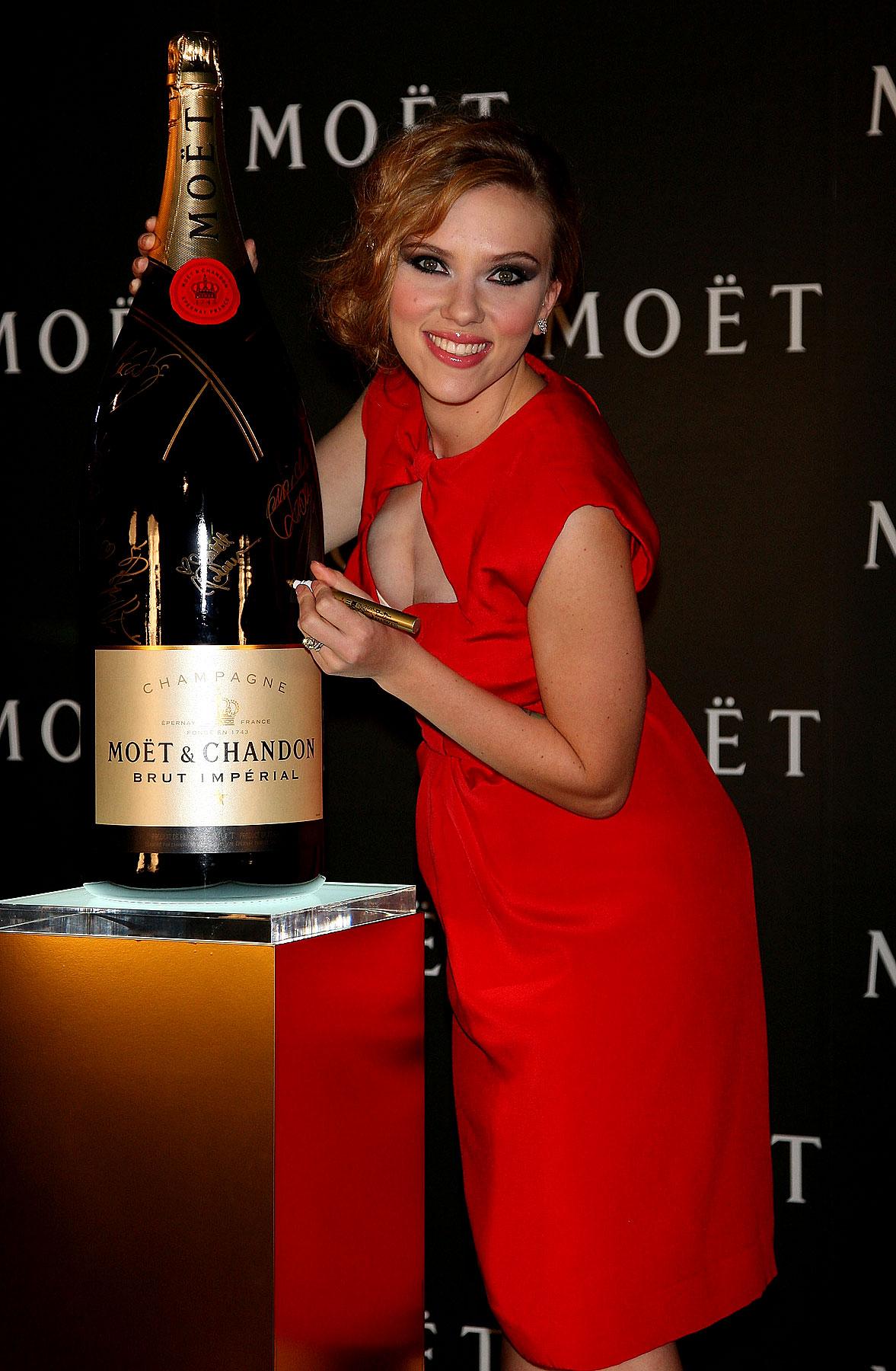 PHOTO GALLERY: Scarlett Johansson's Red Hot