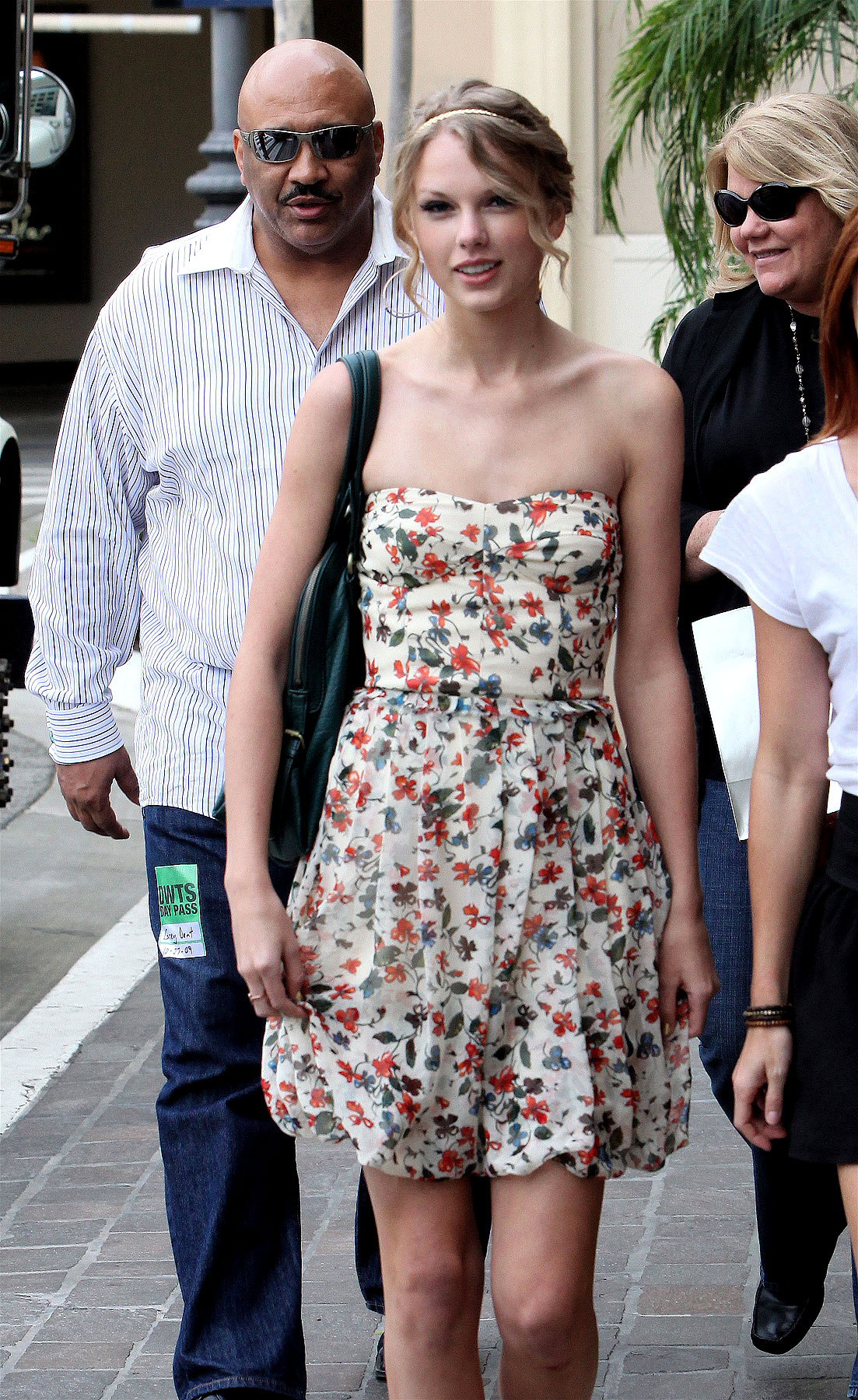 PHOTO GALLERY: Taylor Swift is Flirty in Floral