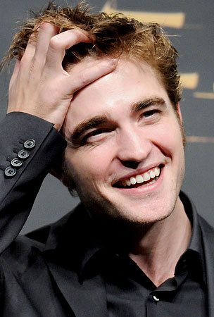 VIDEO: Robert Pattinson Charms In Tokyo