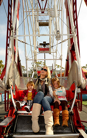 PHOTO GALLERY: Jennie Garth and Girls at the Carnival