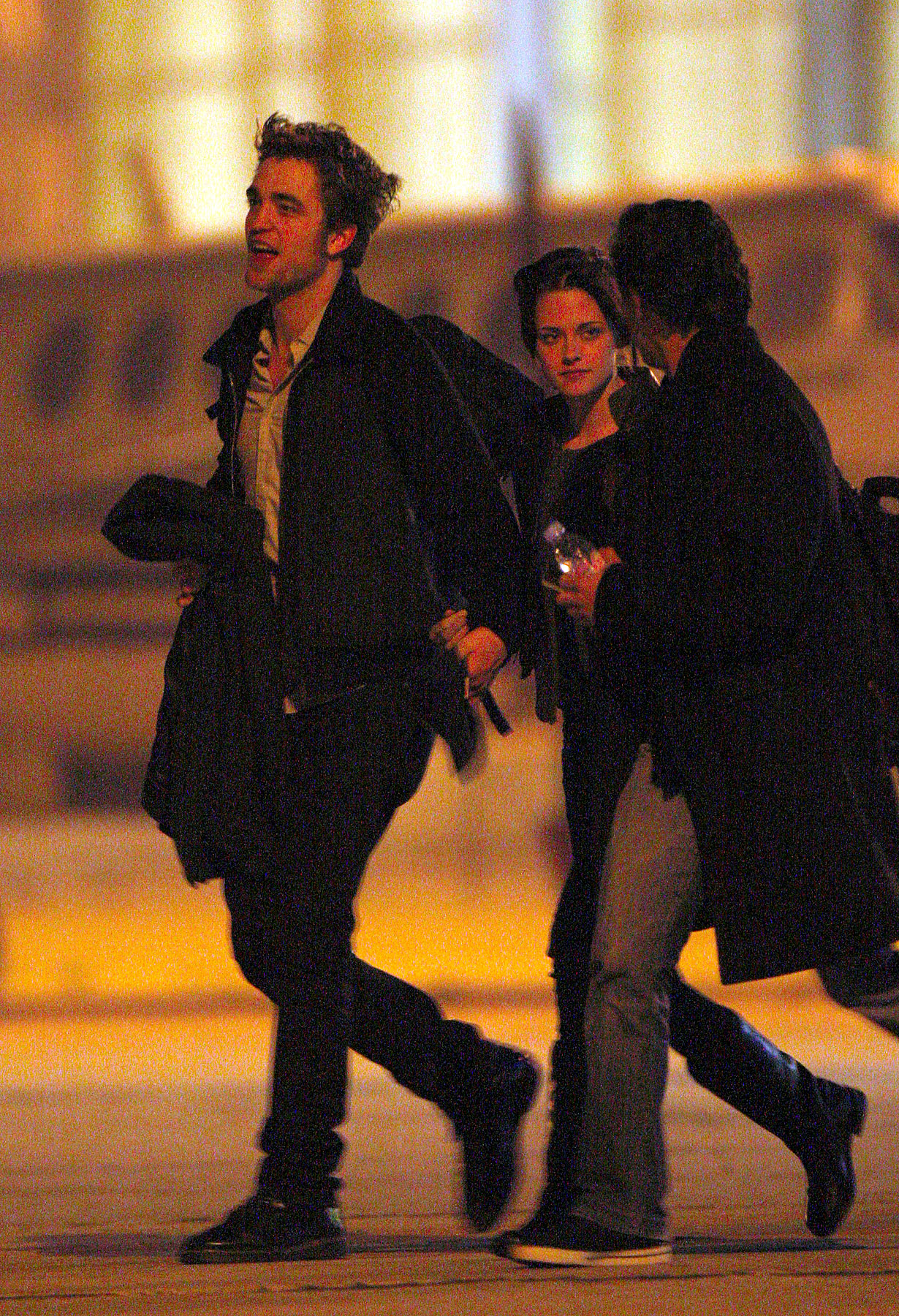 PHOTO GALLERY: Robsten Holding Hands!