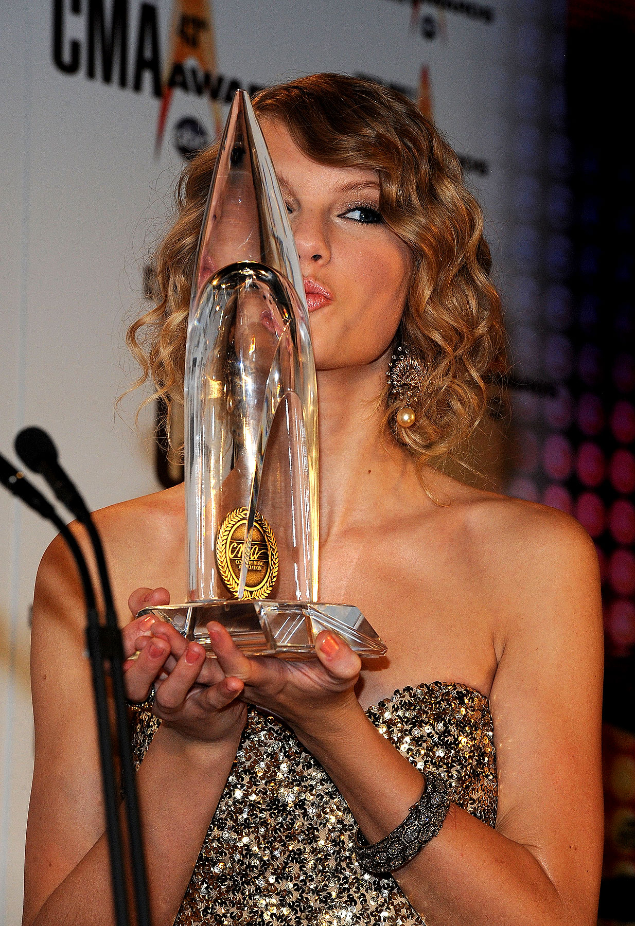 PHOTO GALLERY: Taylor Swift Sweeps the CMAs