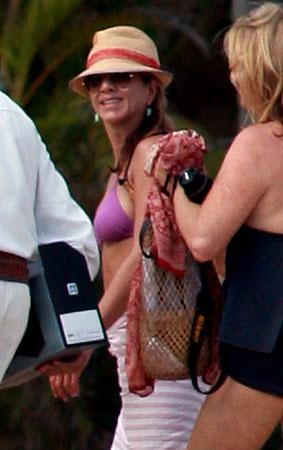 PHOTO GALLERY: Jennifer Aniston Runs Around Cabo In A Bikini!