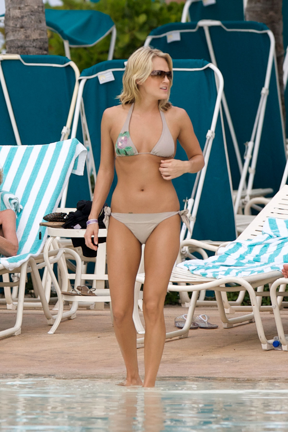 Carrie Underwood Bikinis In The Bahamas (PHOTOS)