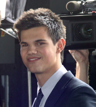 Taylor Lautner Is Team Edward (VIDEO)