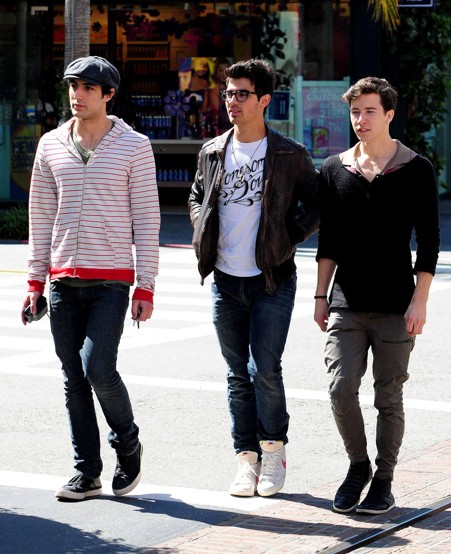 Joe Jonas and His Shopping Buds: OMG, Shoes! (PHOTOS)