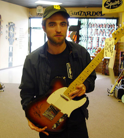 Robert Pattinson Is a Guitar Hero for the Homeless (PHOTO)