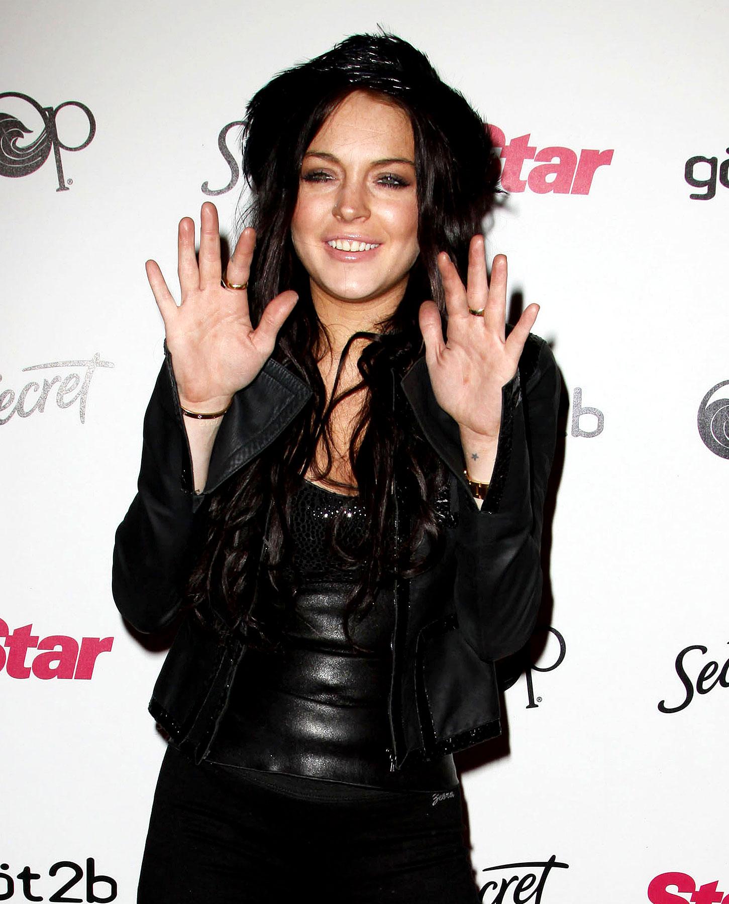 Lindsay Lohan Loves The Paparazzi, Hates The Paparazzi (PHOTOS)
