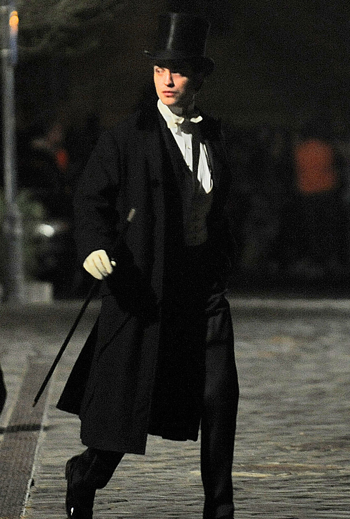 Robert Pattinson in Character on 'Bel Ami'-photo