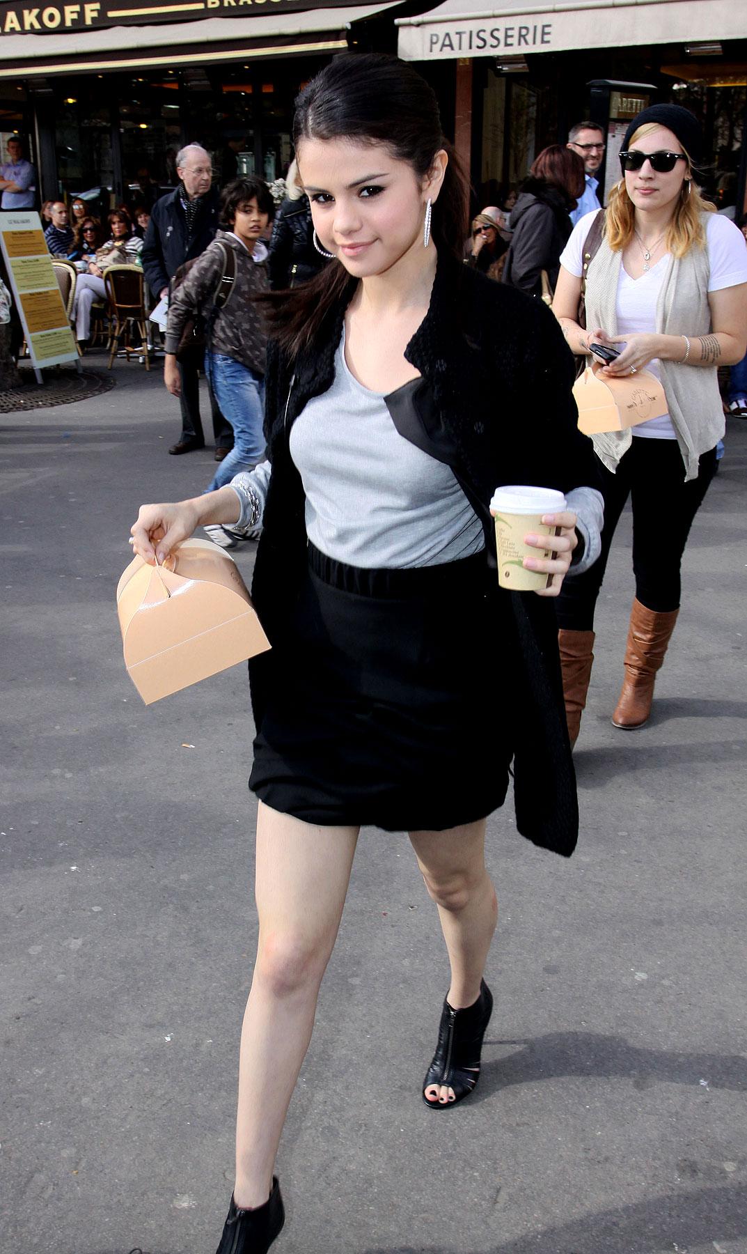 Selena Gomez Enjoys La Vie Parisienne (PHOTOS)
