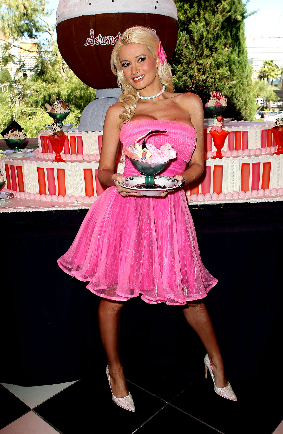 Holly Madison Even Makes Dessert Sweeter (PHOTOS)