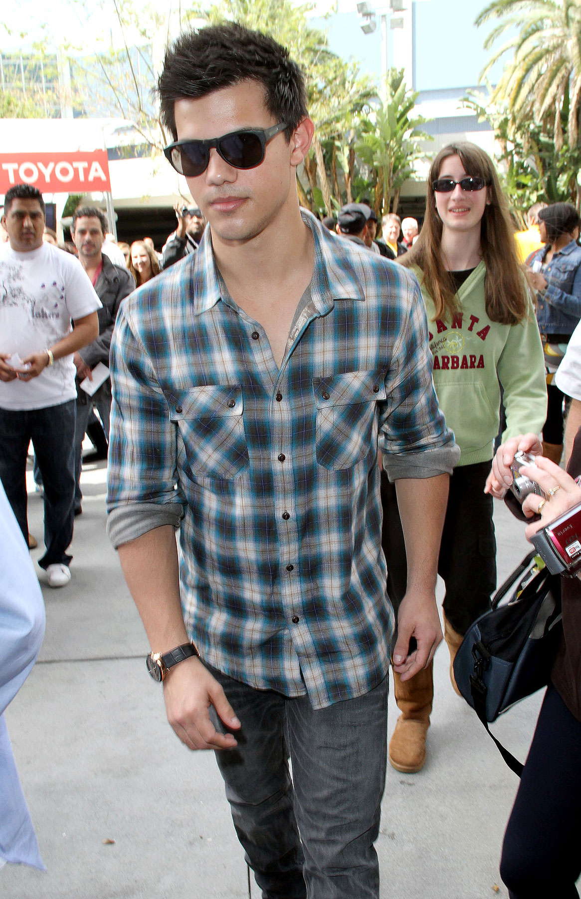 Taylor Lautner Is Mad For Plaid (PHOTOS)