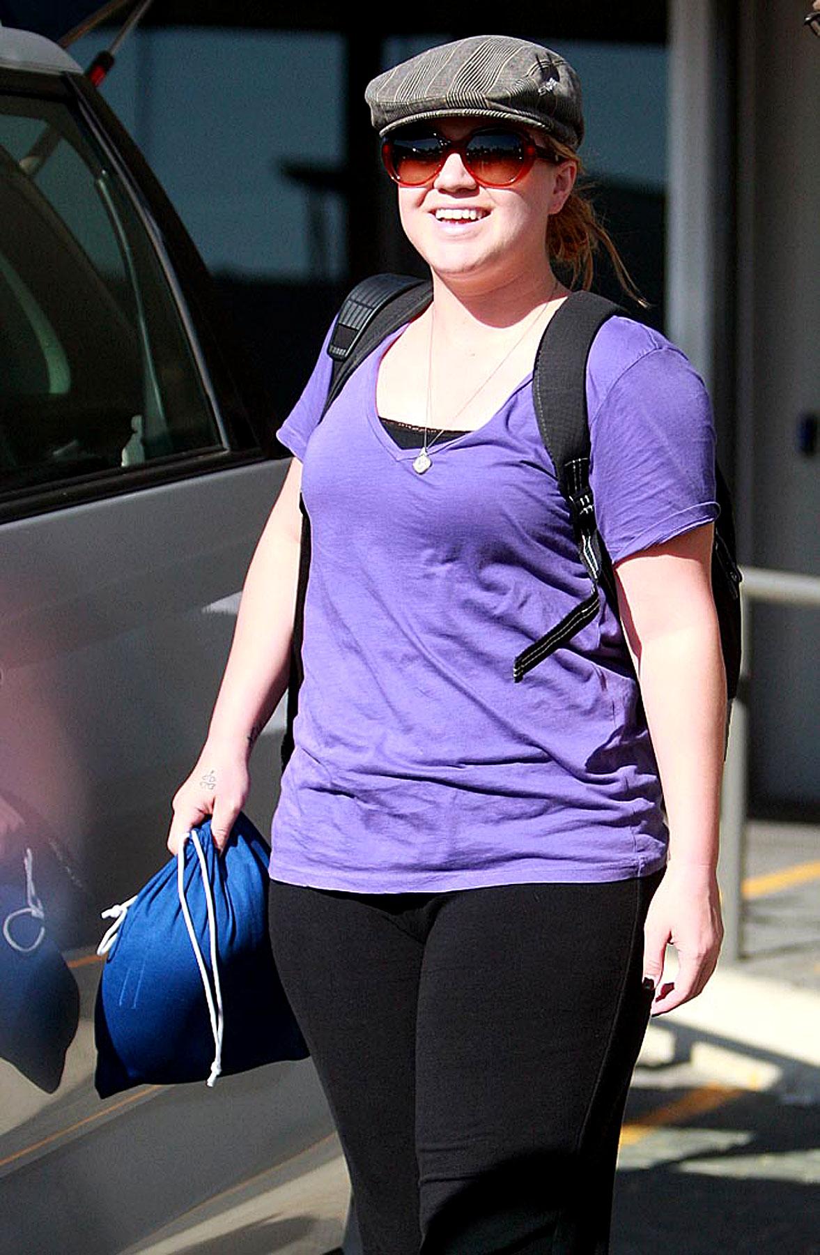 Fashion FAIL: Kelly Clarkson Wants You To Think She's Homeless (PHOTOS)