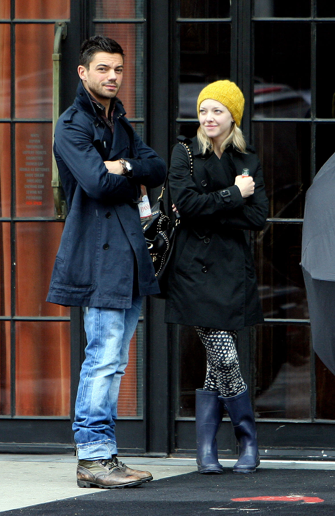 Amanda Seyfried Braves Stormy Weather With Her Man (PHOTOS)
