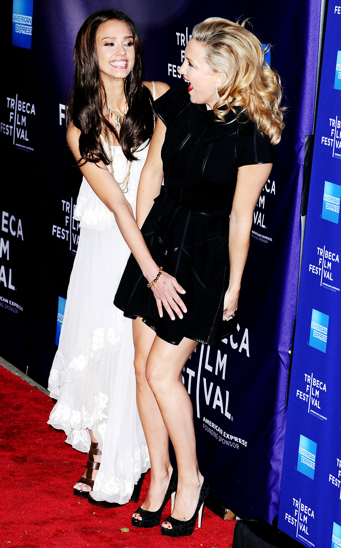 Jessica Alba Lends Kate Hudson a Hand (PHOTOS)