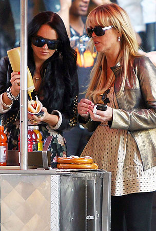Lindsay And Dina Lohan Feast On Hot Dogs In NYC (PHOTOS)