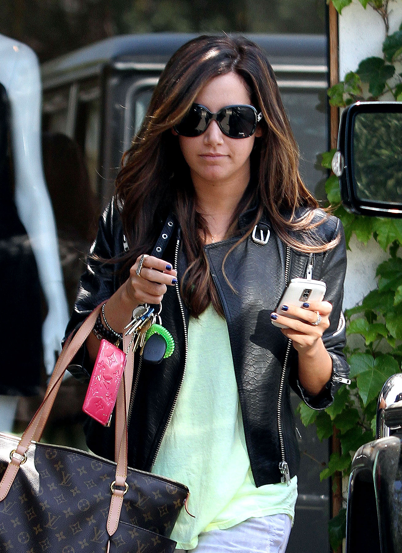 Ashley Tisdale Is a Two-Fisted Shopper (PHOTOS)