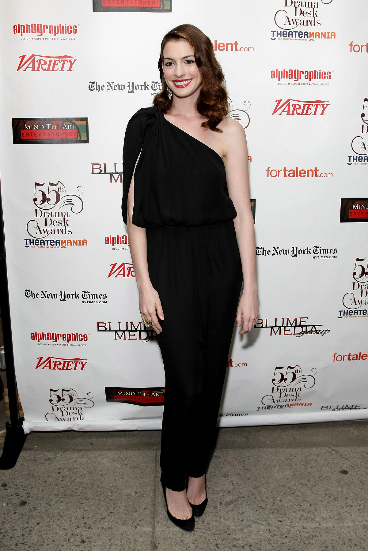 Anne Hathaway Gives A Lesson In Jumpsuit Wearing (PHOTOS)