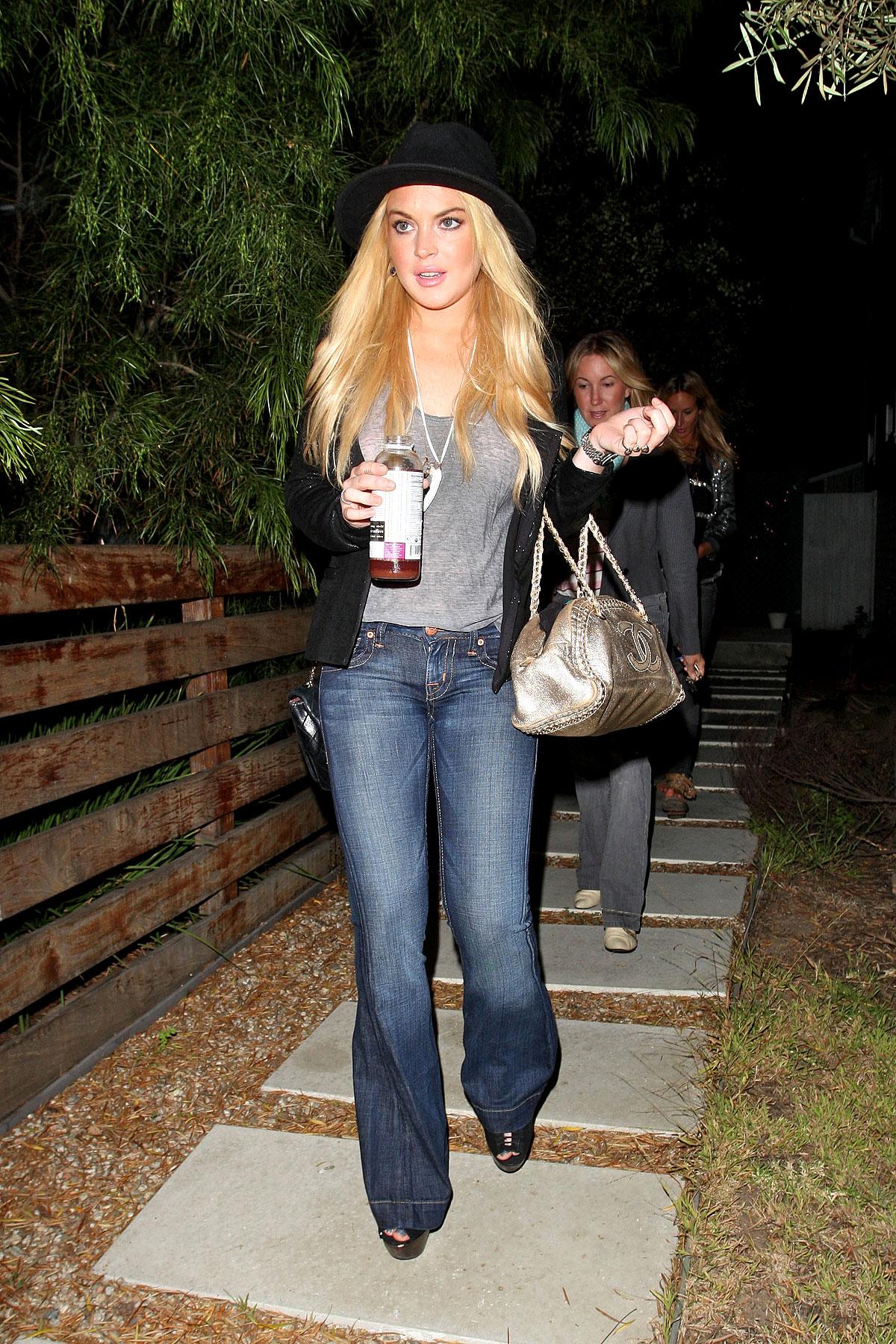 Lindsay Lohan Hides Ankle Bracelet With Ugly Jeans (PHOTOS)