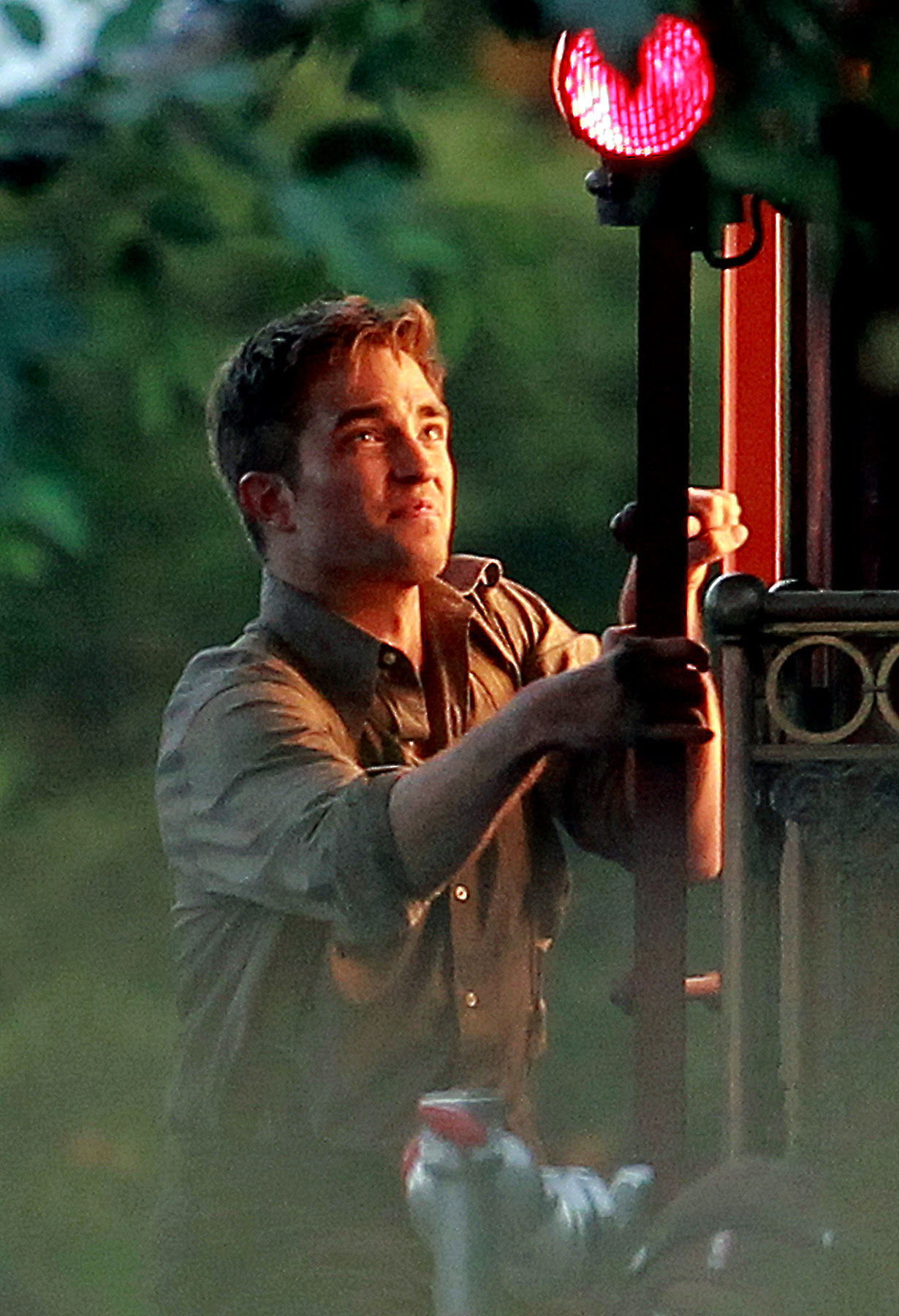 Robert Pattinson Lights Up 'Water For Elephants' (PHOTOS)