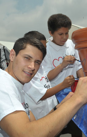 'Eclipse' Star Alex Meraz Gets Charitable for the Kids (PHOTOS)
