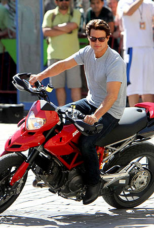 Tom Cruise Mistakes Real Life for His Latest Movie (PHOTOS)