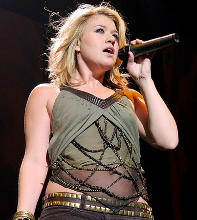 Kelly Clarkson's Karaoke Frenzy! (VIDEO)