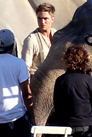 Robert Pattinson Films With Huge Co-Stars For 'Water For Elephants' (PHOTOS)