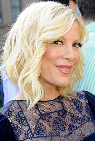 BUZZINGS: Tori Spelling Claims She Speaks With Farrah Fawcett's Ghost