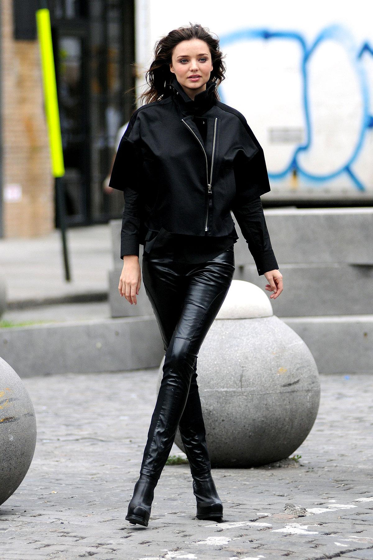 Miranda Kerr Wears Tight Leather 'Bants' (PHOTOS)