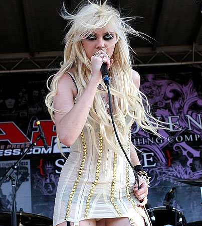 Should Underage Taylor Momsen Be Smoking On Stage?